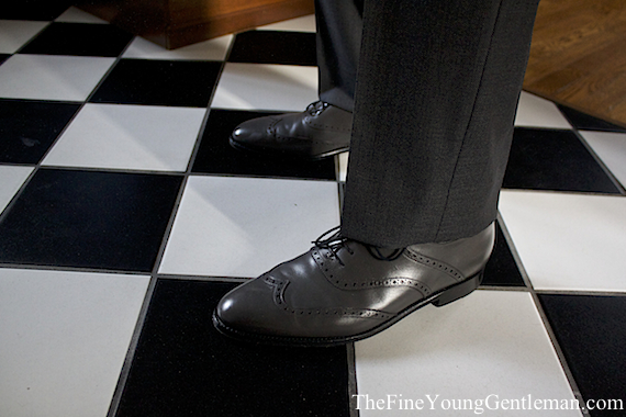 how to wear gray shoes men