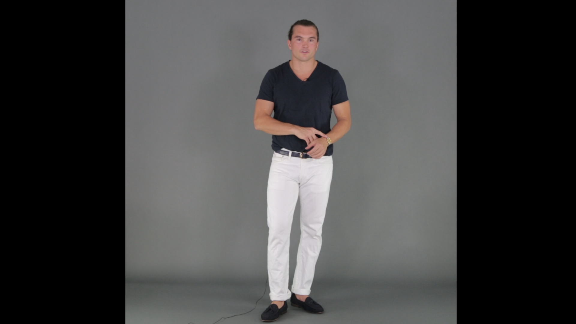 how to wear white jeans with v neck